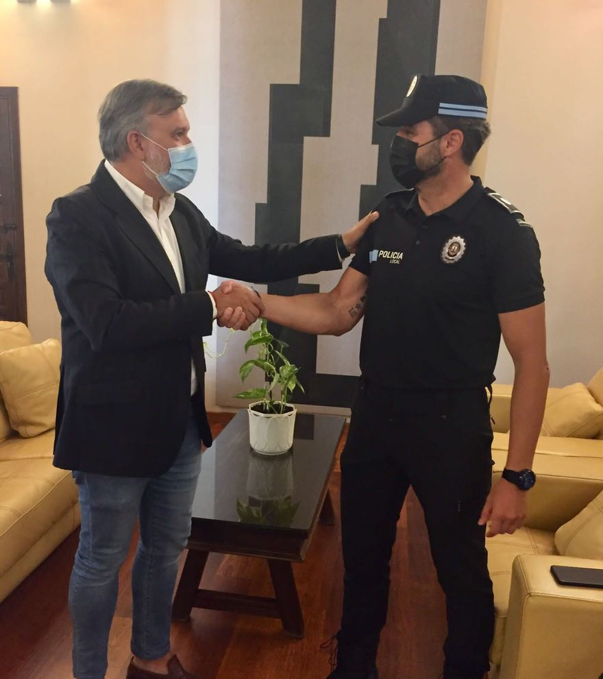 Un policía local le salva la vida a un turista en Plasencia
