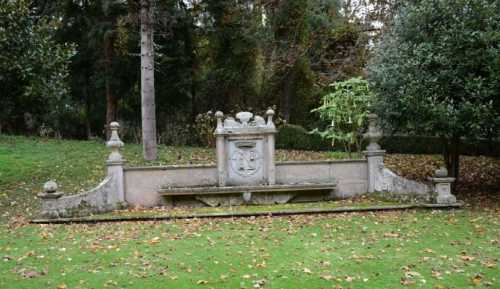 Blas�n del ducado de Franco de un banco de piedra ornamental.png