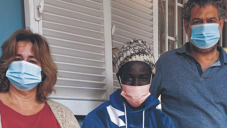 Bamba dormía en la calle: Samuel y María lo acogieron