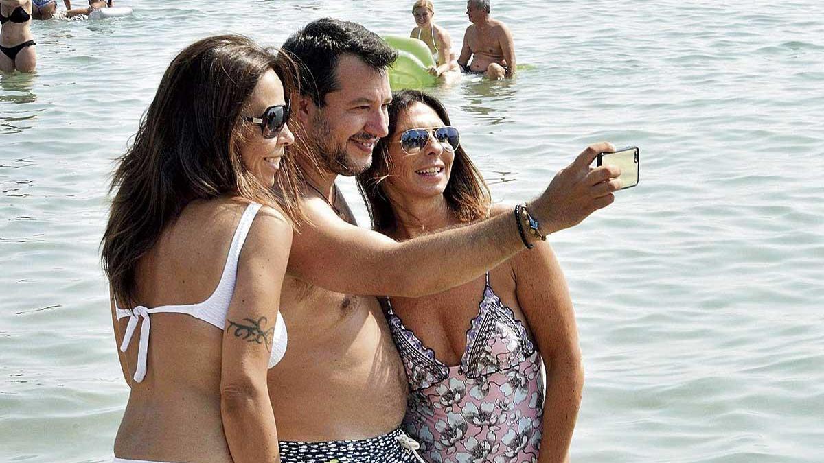 Salvini se hace 'selfies' en la playa de Papeete al día siguiente de perder la inmunidad