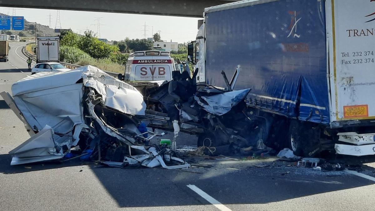 Un hombre, muy grave tras chocar con su furgoneta en la A-7