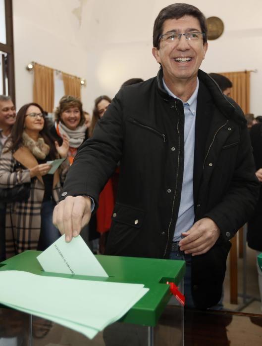 Juan Marín deposita su voto en los comicios.