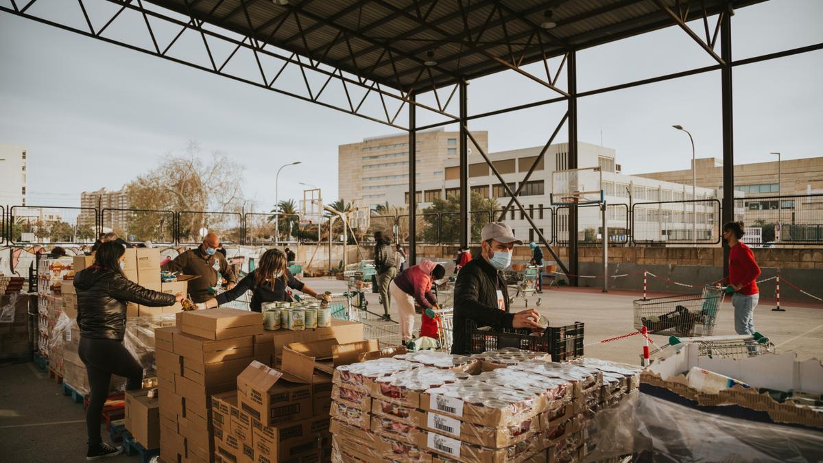 Reparto de alimentos en las instalaciones de Montisión Solidaria.