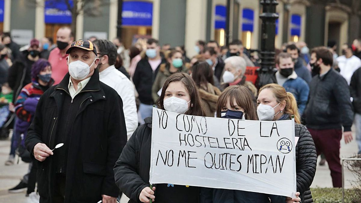 Participantes en una protesta en favor de ayudas a la hostelería.