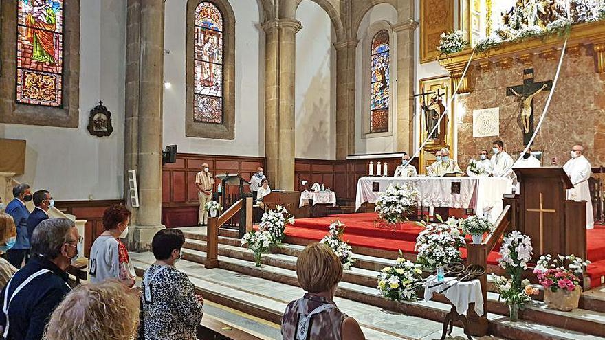El obispo preside la misa por el Carmen