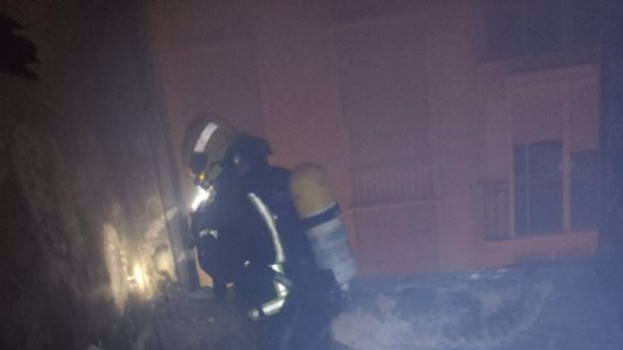 Tres afectados por inhalación de humo tras el incendio de una vivienda en Málaga