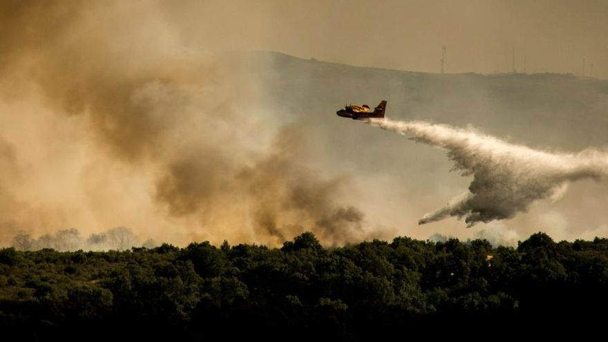 Un hidroavión realiza labores de extinción en el incendio forestal de Cualedro.