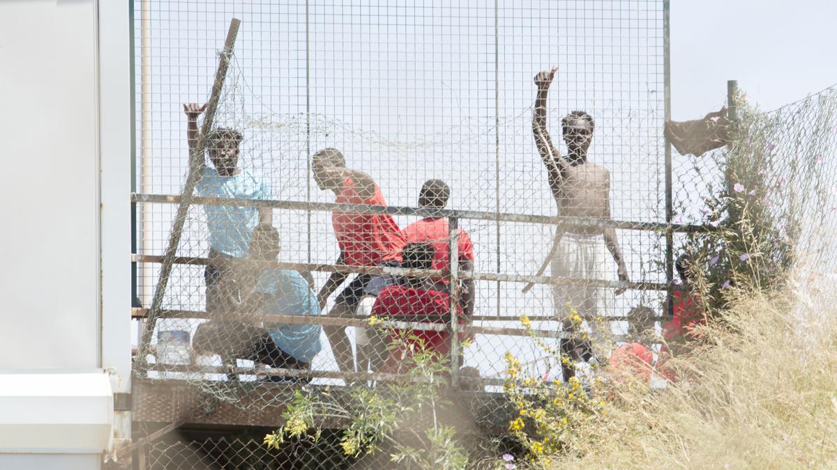 Varios migrantes en Melilla.