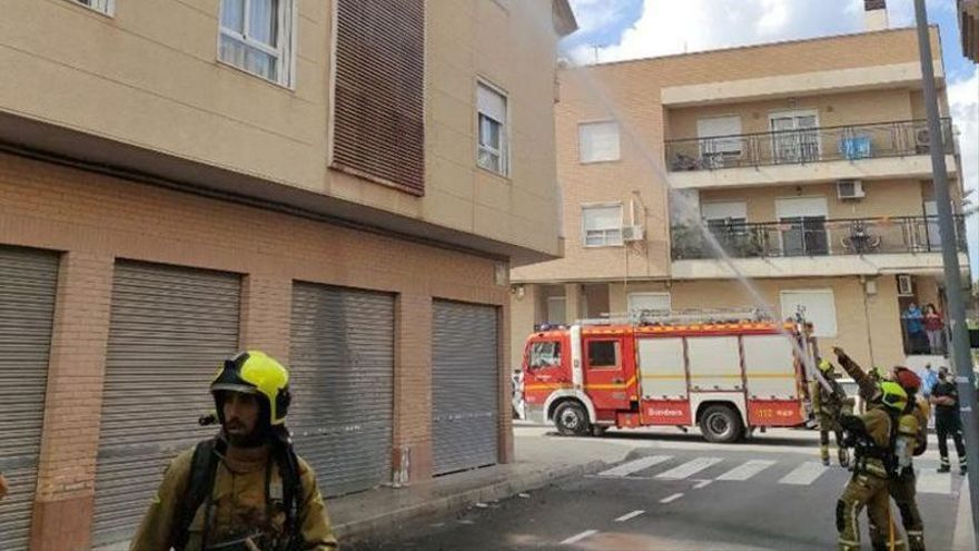 Un incendio obliga a desalojar un edificio en Catral