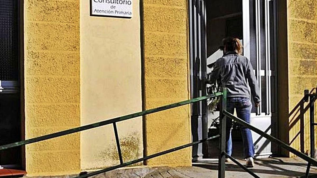 Una paciente accede a un consultorio en la provincia de Zamora. | L. O. Z.