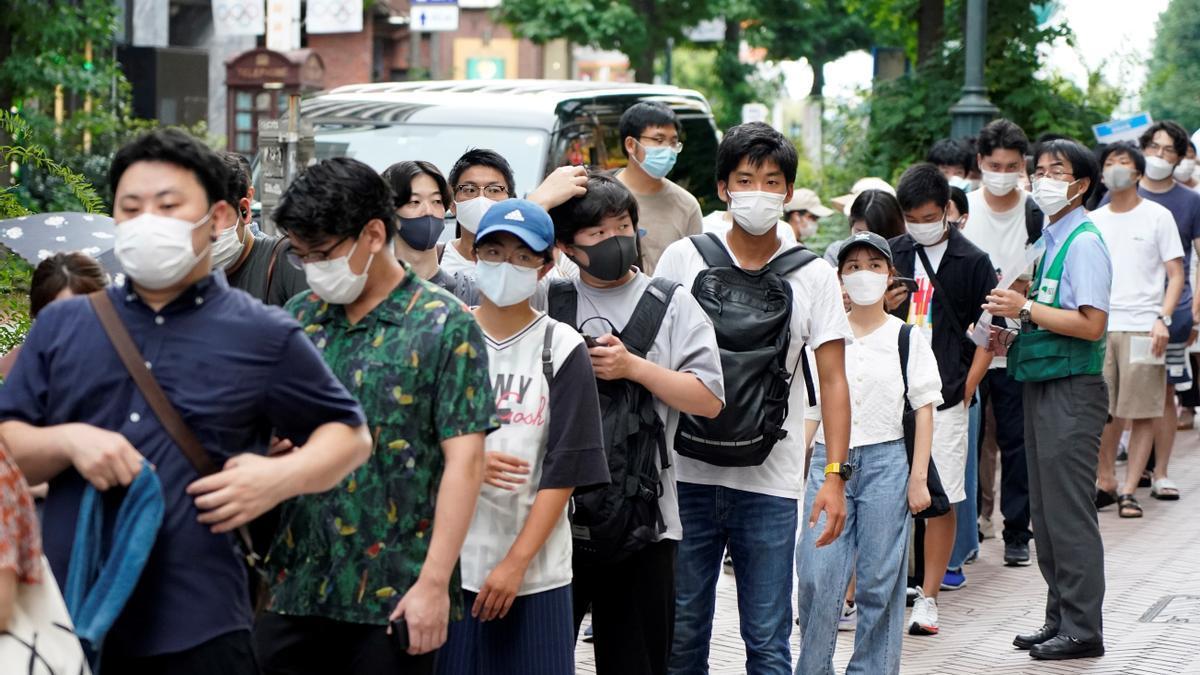 Jóvenes hacen cola para vacunarse en Shibuya (Tokio)