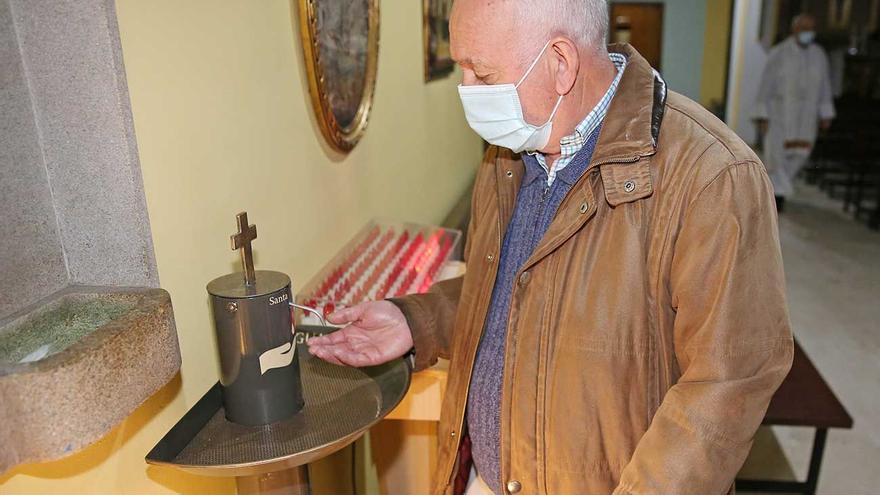 Una iglesia gallega instala un dispensador de agua bendita para garantizar la seguridad de los fieles