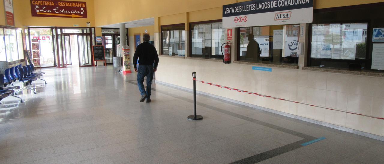 La estación de Cangas de Onís, sin público.