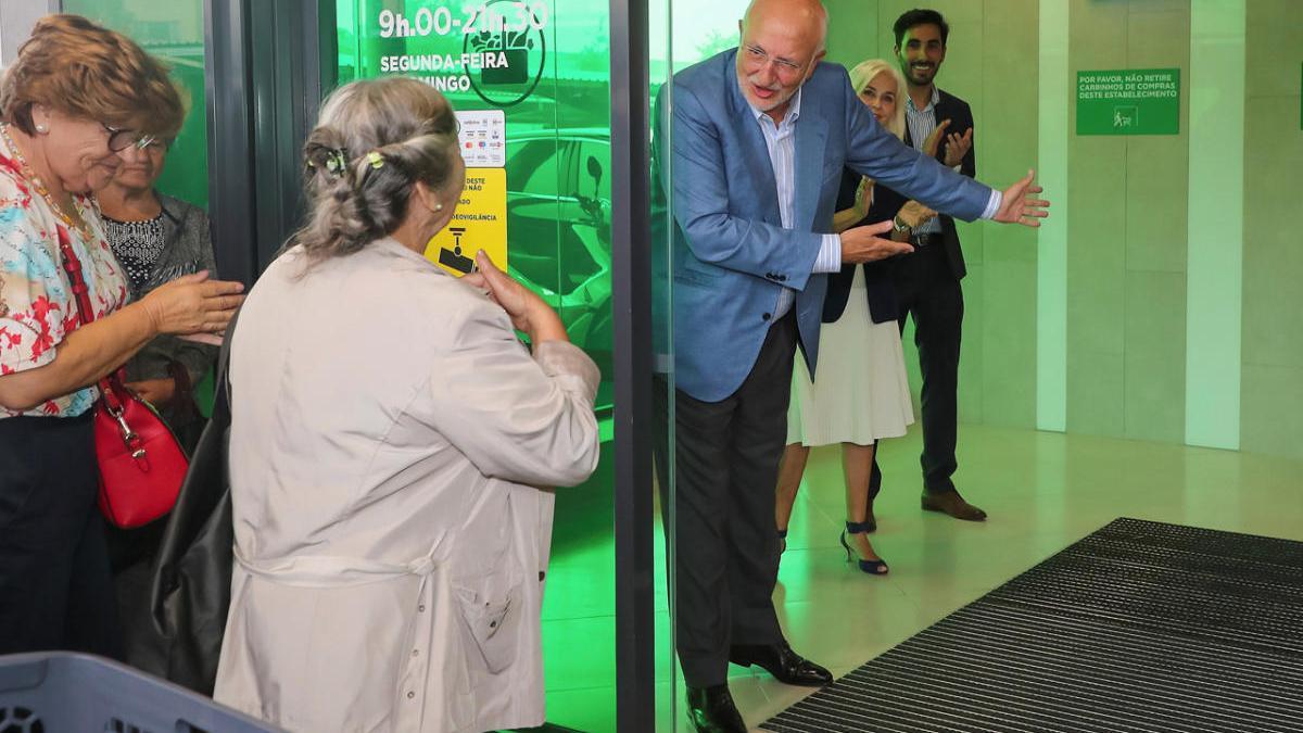 El presidente de Mercadona invita a pasar a la primera clienta lusa en la inauguración del súper de Vila Nova de Gaia en julio de 2019.