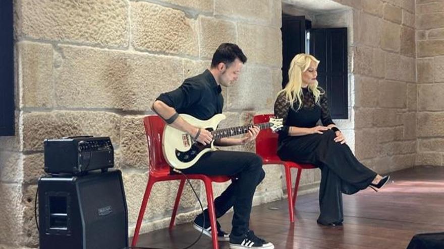Músicos de Tui convierten en canción un poema de Xela Arias