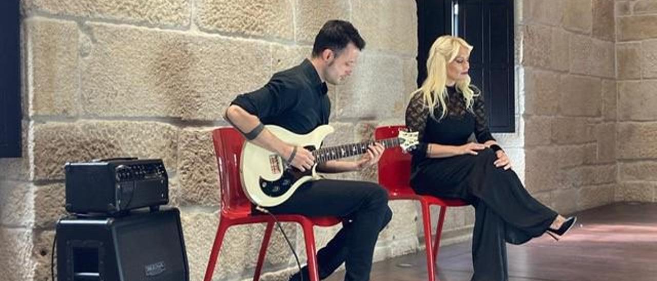 Ángel Paz y Noelia Solleiro, durante la grabación del videoclip en la Casa das Campás de Pontevedra.