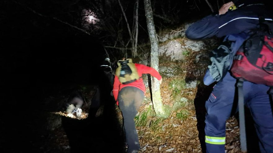 Rescatada una familia, con un niño menor, que se desorientó y se encontró con un lobo cuando hacía una ruta por Sobrescobio