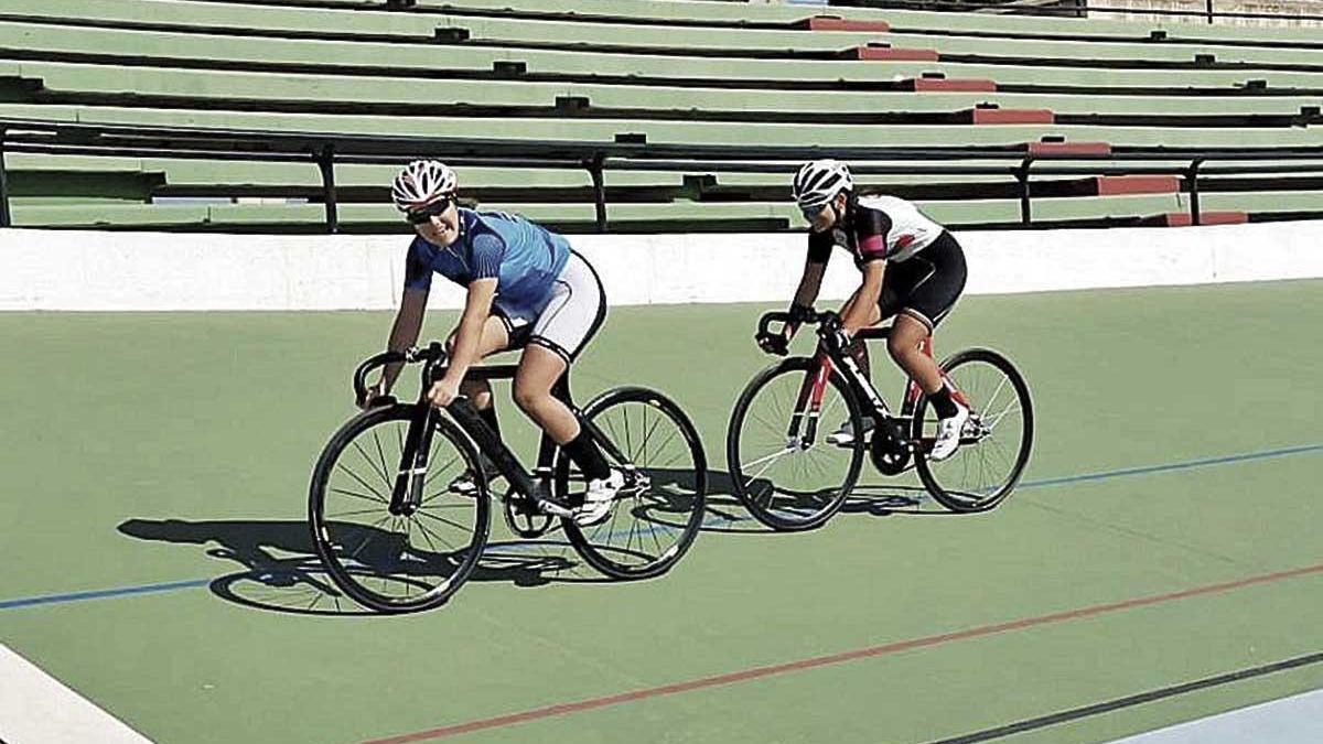 Varios jóvenes ciclistas, rodando ayer en Son Moix.
