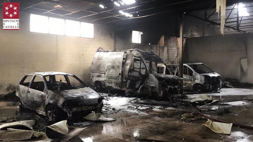 Un incendio calcina tres vehículos en una antigua fábrica de muebles de Vinaròs