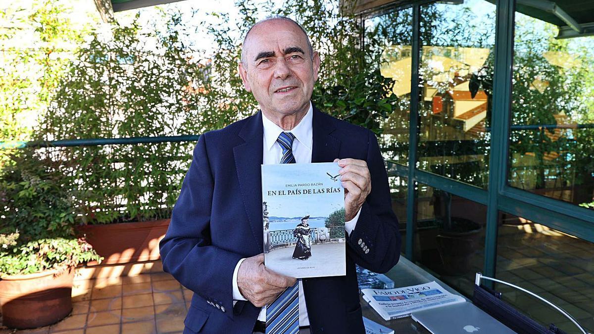 Ceferino de Blas, con el  libro en sus manos.     // ALBA VILLAR