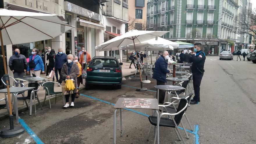 Susto en Sabugo: un coche mal inmovilizado arrolla la terraza de un bar