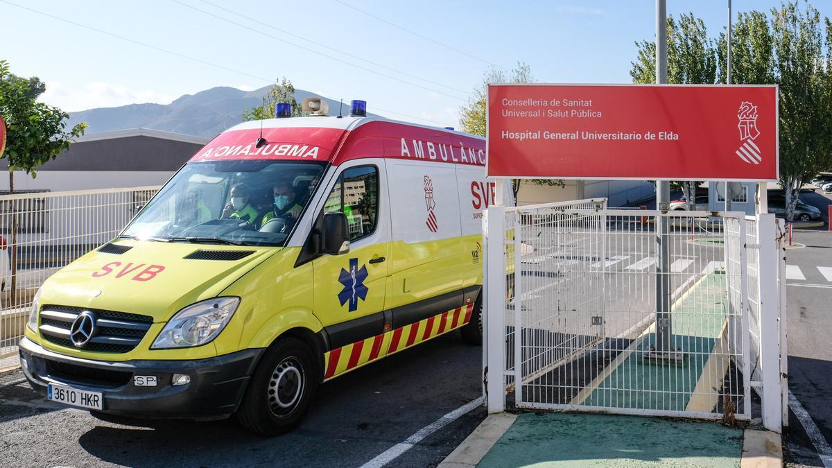 Una ambulancia accediendo al Hospital de Elda esta semana.