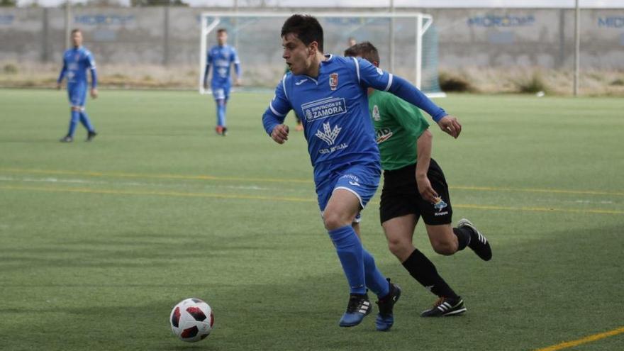 Sergio Fuertes avanza con el balón