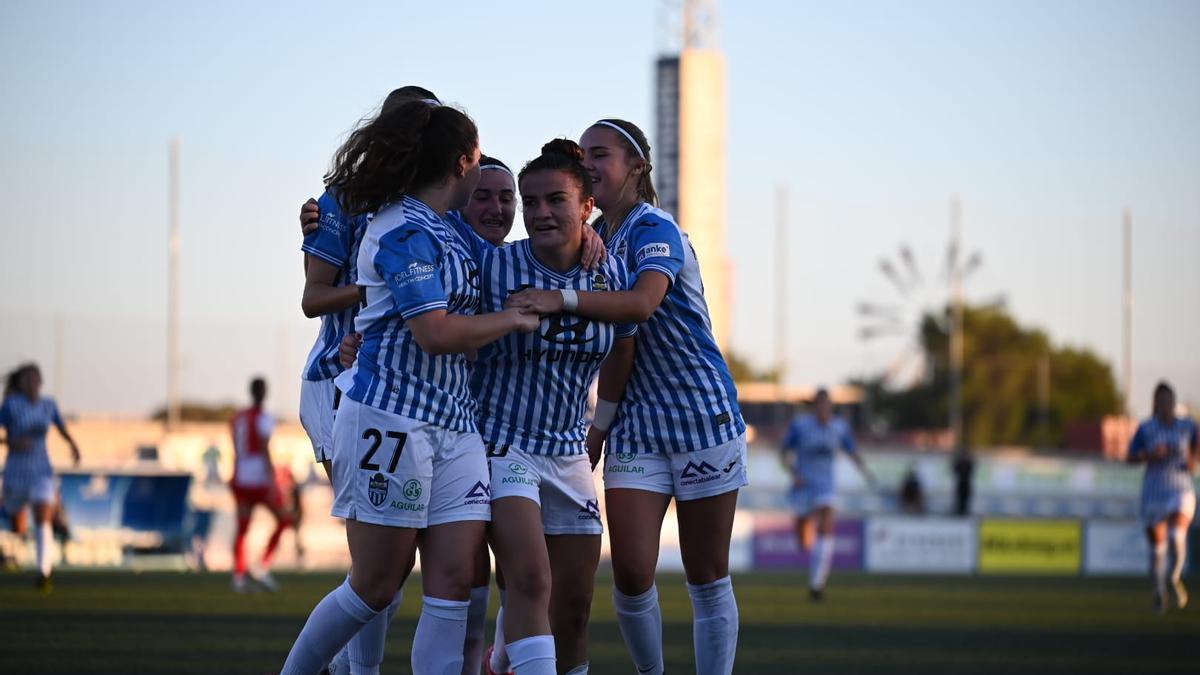 Las jugadoras del primer equipo femenino celebran un gol el pasado fin de semana.