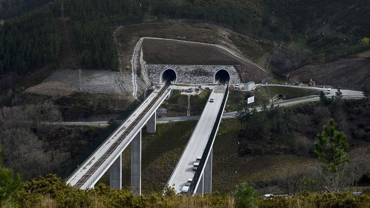 Un tramo del AVE a su paso por Ourense