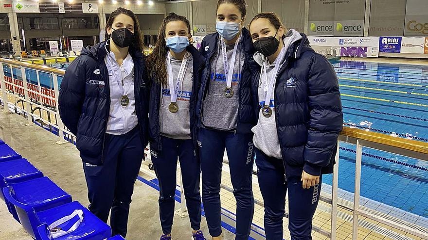 Las chicas del Club Natación Arteixo, cinco medallas