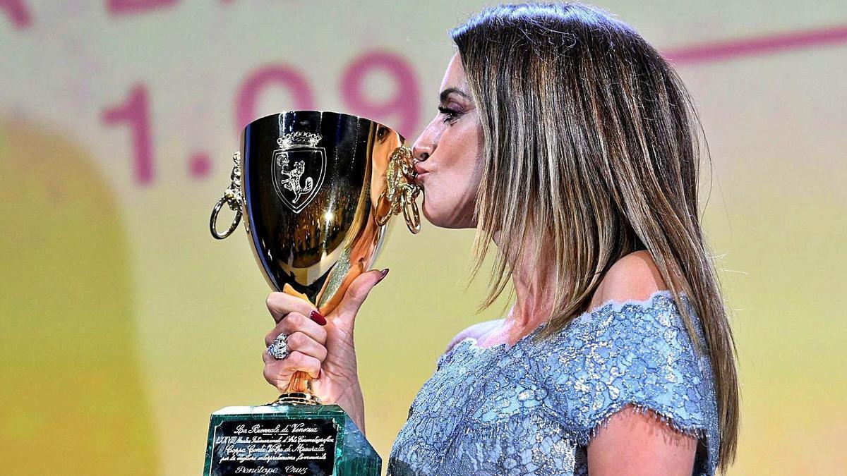 Penélope Cruz, ayer, con la Coppa Volpi a la mejor actriz por 'Madres paralelas'.