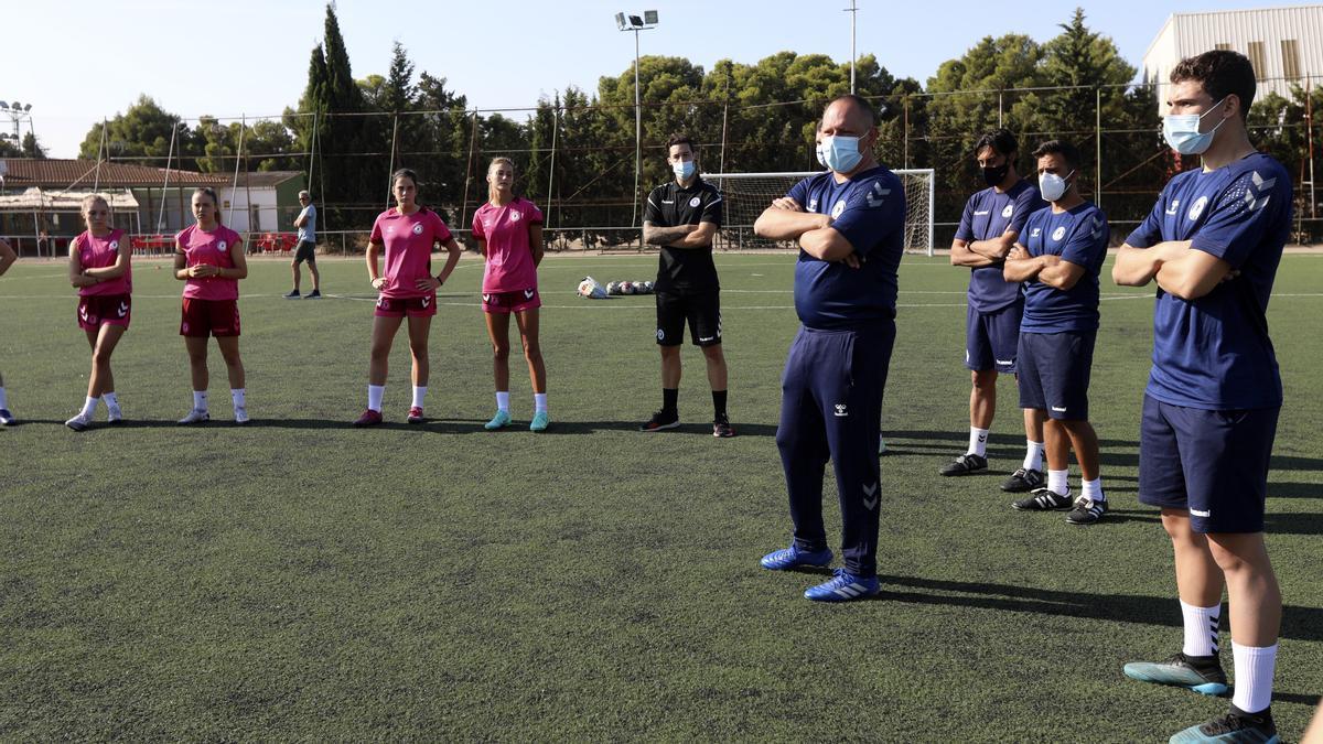 Víctor Búrdalo charla con las jugadoras en el primer entrenamiento.