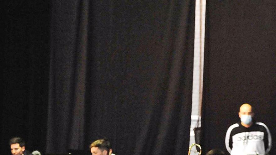 """Alumnos y miembros de las bandas de música regresan a su """"cubo de ensayos"""" en el pabellón de Xil"""