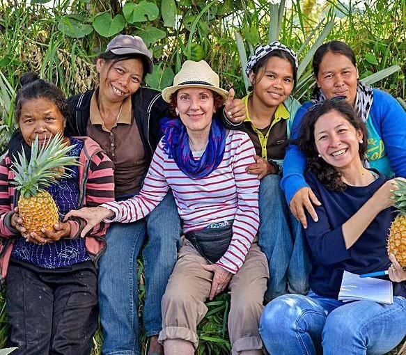 Hijosa con un grupo de mujeres recolectoras. | Piñatex