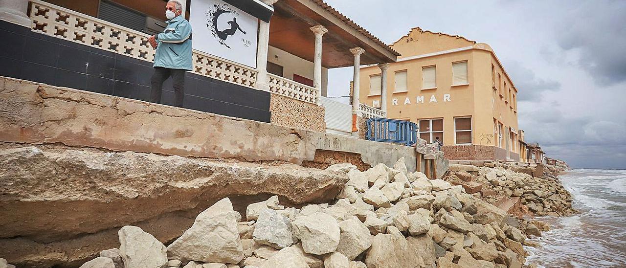 Escollera ubicada esta semana para proteger las viviendas de Babilonia sin autorización de Costas.    TONY SEVILLA