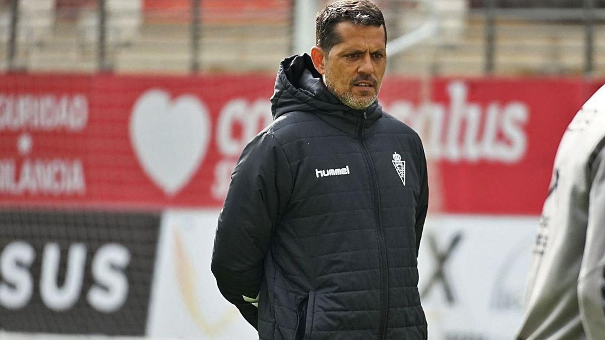 José Luis Loreto dirigiendo un entrenamiento del Real Murcia.