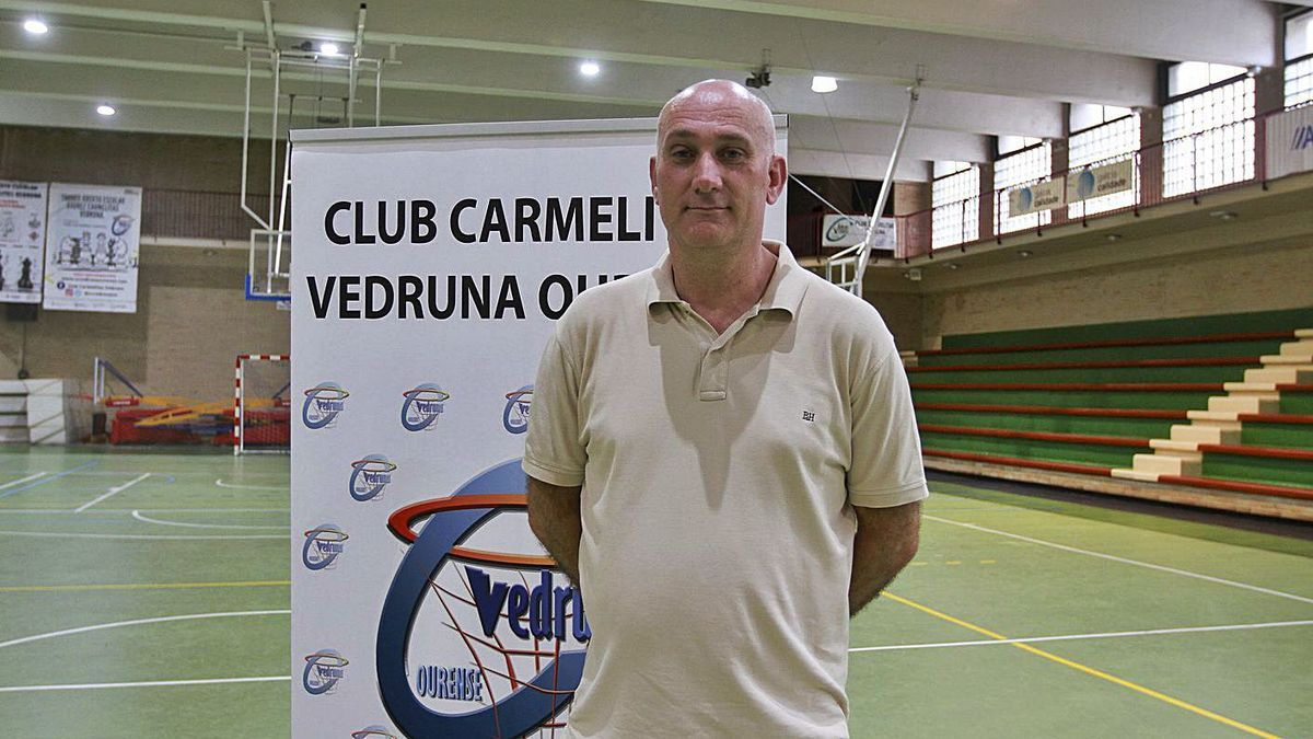 Juan Rodríguez, en el polideportivo Vedruna, la cancha de juego del Codigalco Carmelitas. |  // IÑAKI OSORIO