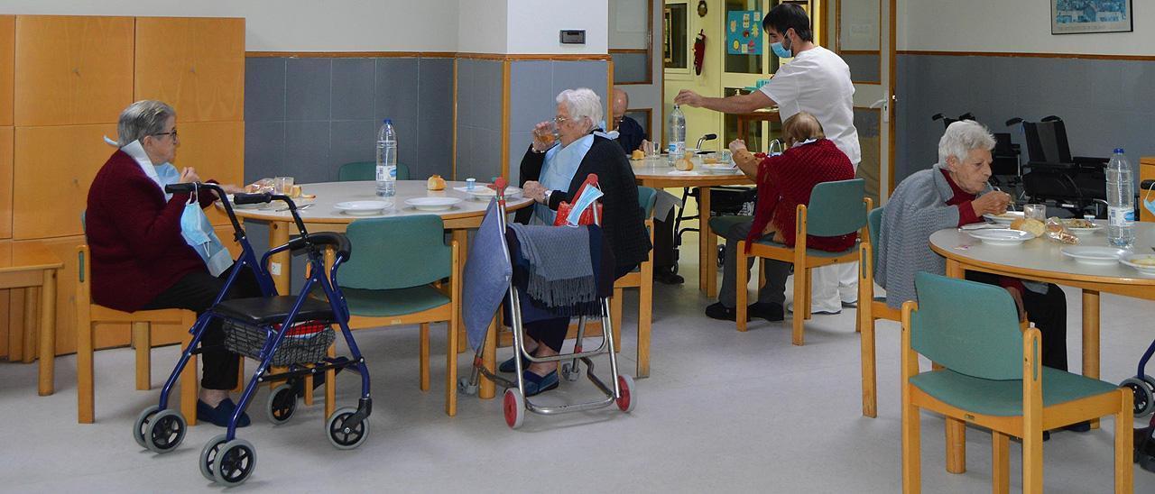 Varias personas en un centro de mayores.
