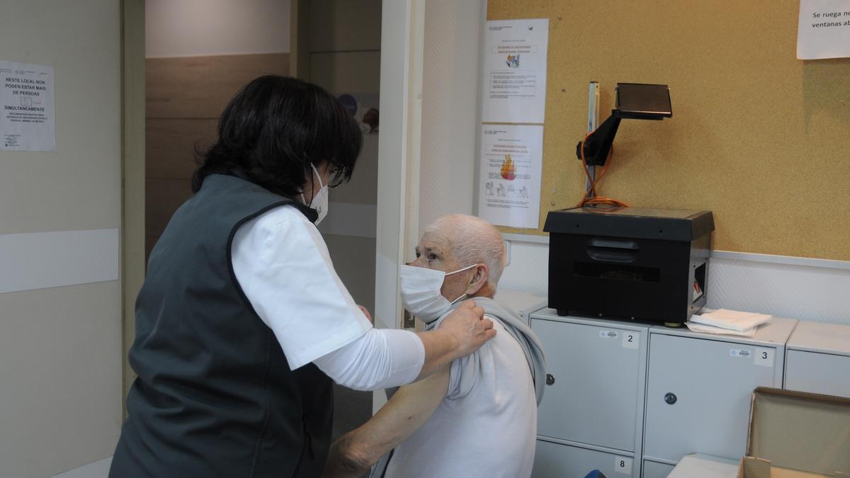 Ramón Iglesias Martínez, vecino de Vilariño, en O Hío, en el centro de salud de Cangas.