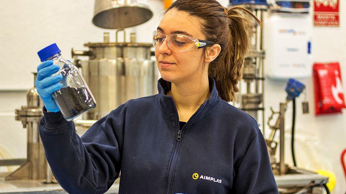 Una investigadora de Aimplas con una muestra del proyecto.| E.M.V.