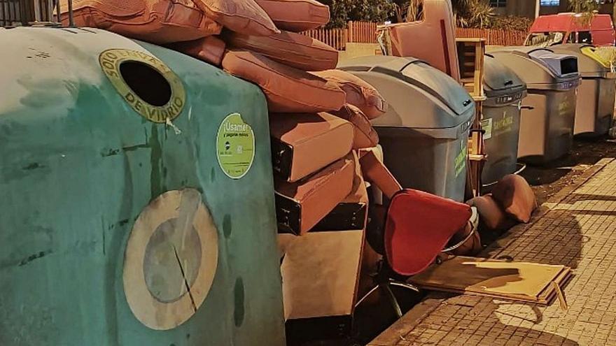 El depósito de enseres sin control en los contenedores se dispara en Santa Cruz de Tenerife
