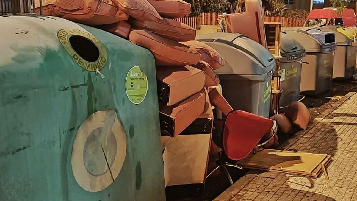 Enseres y muebles depositados junto a contenedores de residuos sólidos urbanos de la capital.