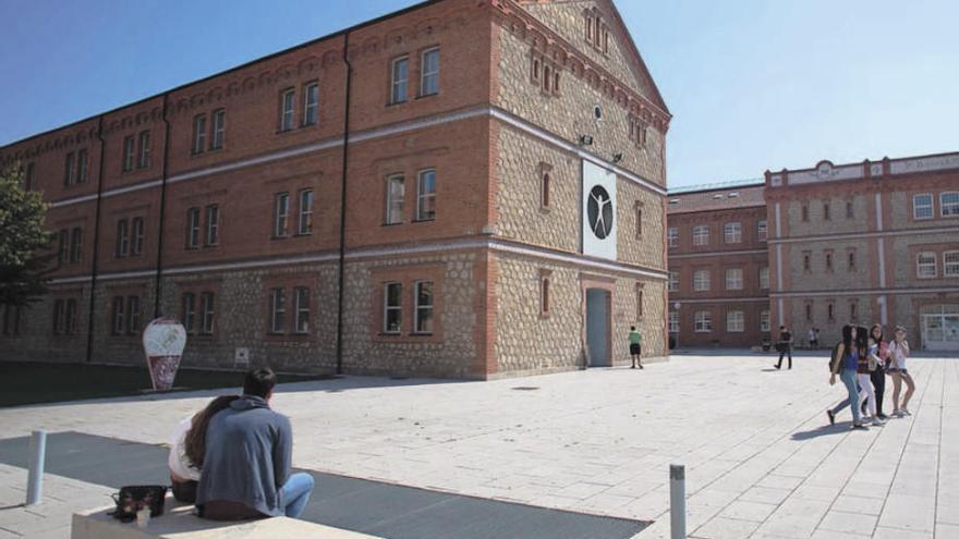 Varios alumnos en las inmediaciones de la Biblioteca Claudio Rodríguez del Campus Universitario Viriato de Zamora.