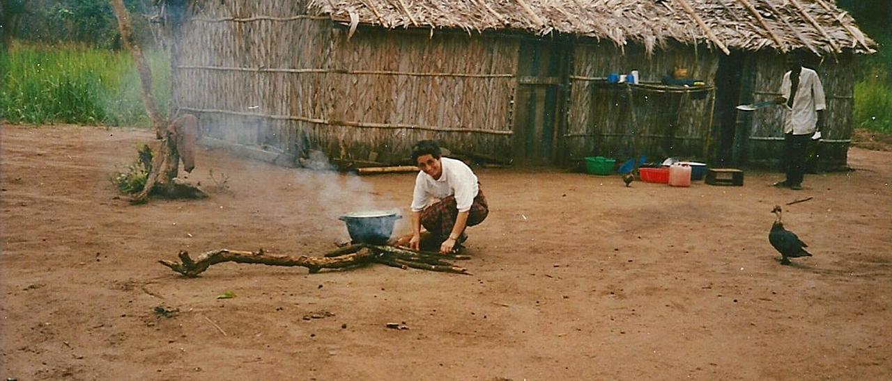 Sor Ángela, ante una vivienda tribal.   R. E. S. R.