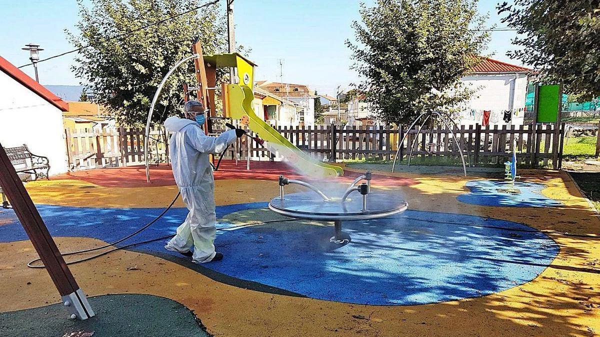 Labores de desinfección en un parque infantil.