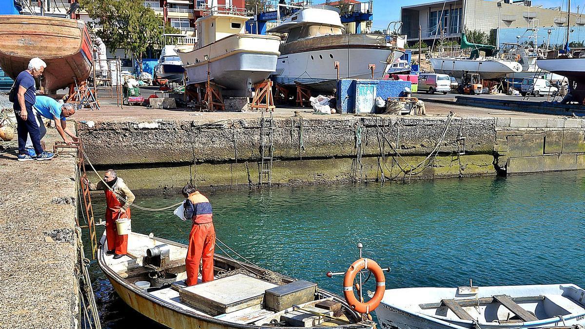 Pescadores en el puerto de Taliarte, Telde.