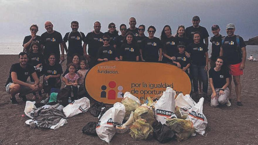 Voluntarios de Banca March limpian la playa de Abades