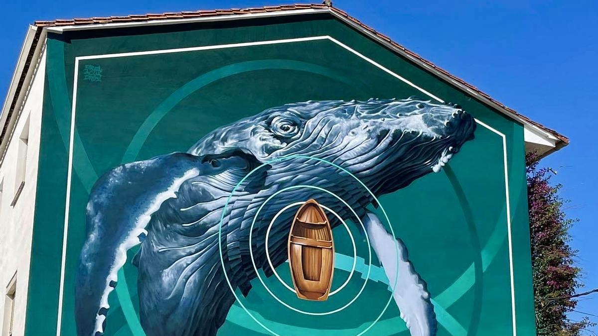 El mural de Brea en Navaconcejo , con la singular ballena.