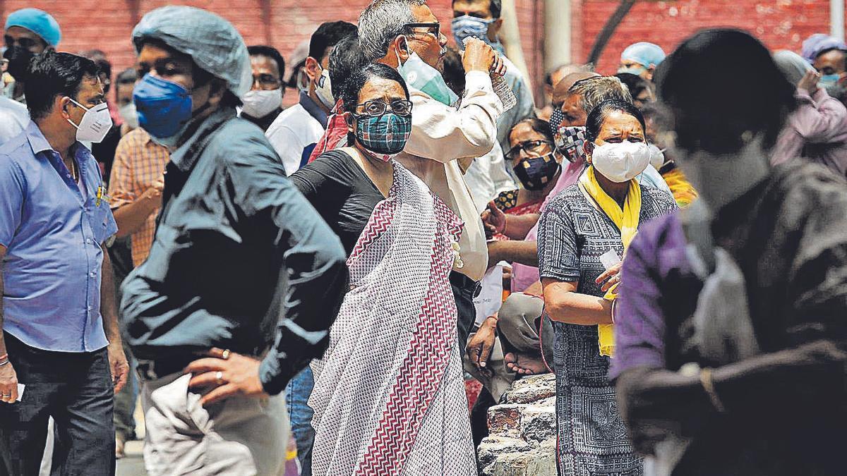 Ciudadanos a la espera de recibir la vacuna en un centro de la localidad india de Kolkata.     // REUTERS