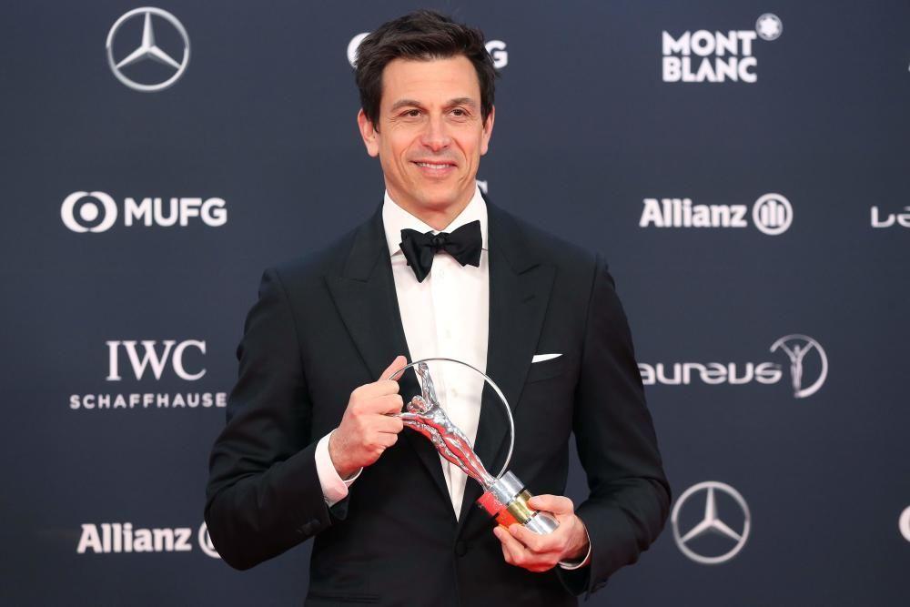 """El CEO de Mercedes Torger Christian """"Toto"""" Wolff poso con el premio al equipo del año."""